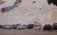 Lavínou zasypané autá. A čo ten oranžový sneh? :)