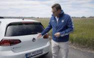 Zástupcovia VW Slovensko ukazujú majiteľom ako funguje moderné auto